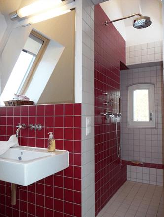 Rot-weiß gefließtes Bad